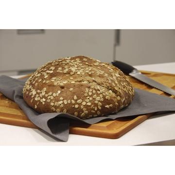 תמונה של לחם שיפון אגוזים וחמוציות
