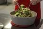 תמונה של סלט אגוזים ועלים ירוקים