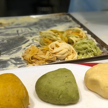 תמונה של ספטגטי עם פטה, עגבניות, זוקיני, בזיליקום ורוקט
